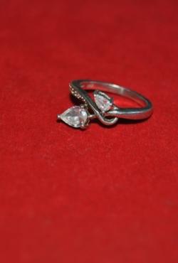 Sidabrinis žiedas su dviem cirkonio akutėm. 18 dydis