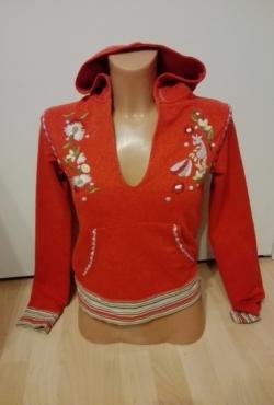Oranžinis megztinis džemperis su siuvinėtom detalėm