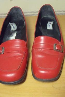 Raudoni gražūs bateliai su sagtimi (papuošimu)