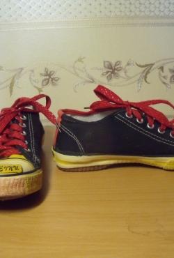 Juodi-raudoni sportinio stiliaus batai