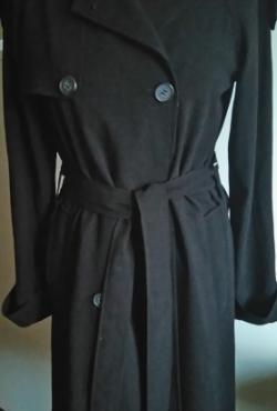 Juodos spalvos lietpaltis su kišenėmis