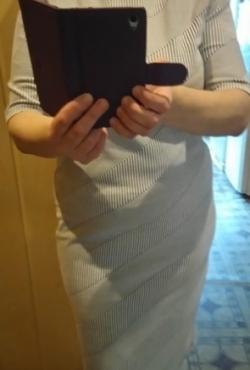 Labai elegantiška dryžuota suknelė trumpomis rankovėmis