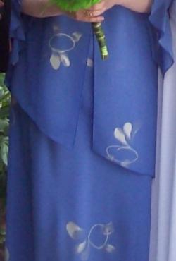 Puiki ilga suknelė įvairioms progoms su asimetrišku švarkeliu