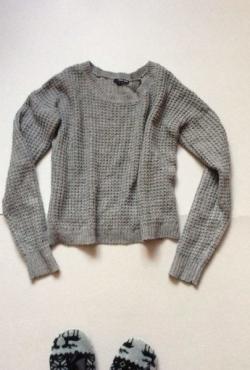 Pilkas žavus megztinis su rožiniais siulais