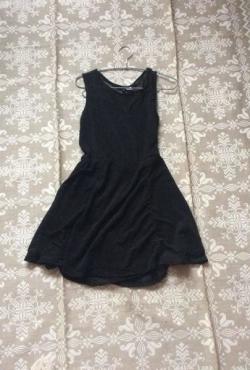 Juoda žavinga suknutė