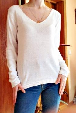 Baltas megztinis megzta nugara