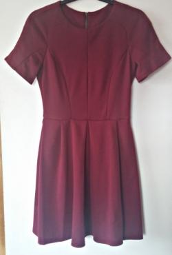 Bordinės spalvos suknelė