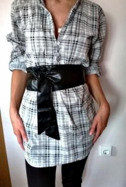 Pilki languoti marškiniai su diržu