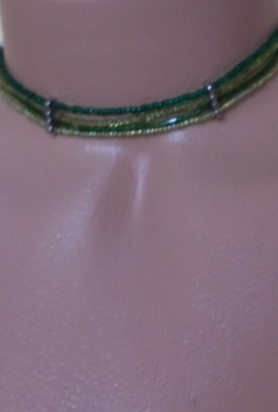 Žalias vėrinys ant kaklo