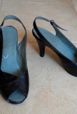 Vintažiniai juodi odiniai bateliai atviru priekiu