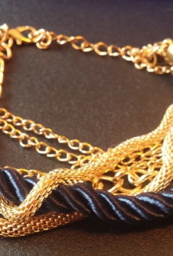Tamsiai mėlyna apyrankė, su aukso spalvos metalo grandinėlėmis